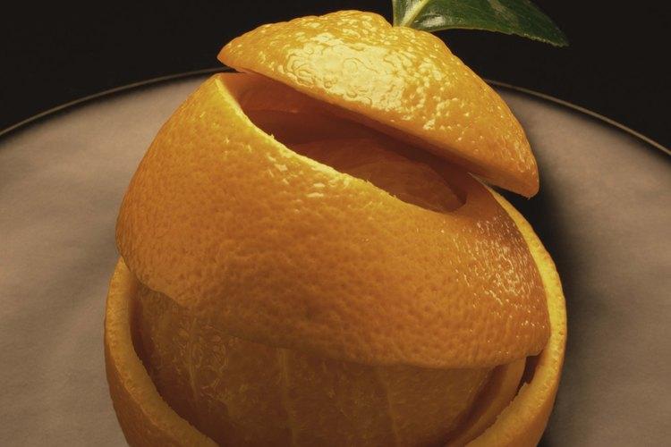 Coloca la base de naranja en un frasco de cristal.