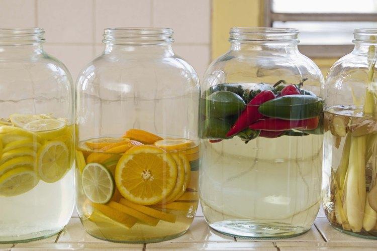 Las naranjas también se pueden cortar en rodajas finas para preparar tés infundidos o bebidas de guarnición.