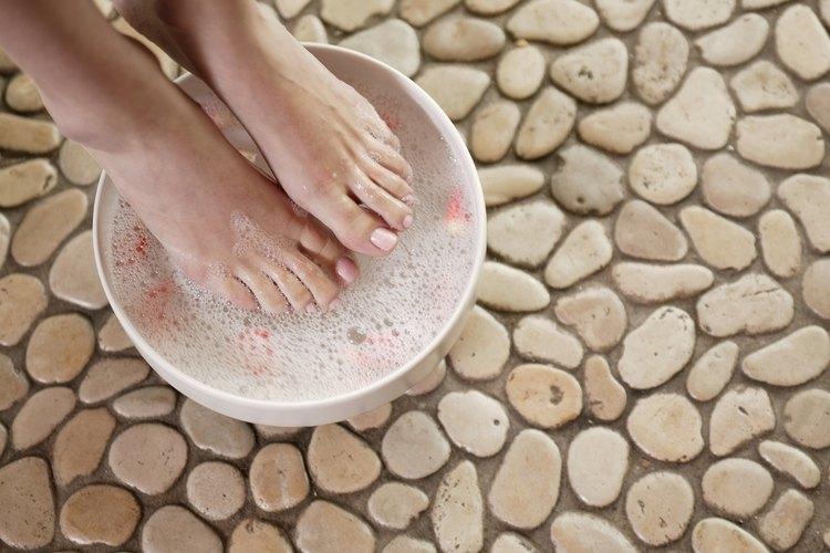 Remojar tus pies en bicarbonato de sodio puede exfoliar la piel muerta y la suciedad, dejando tu piel suave.