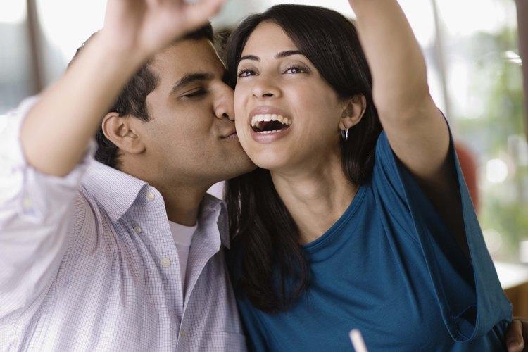 En una relación sana, una pareja expresa libremente afecto y amor.
