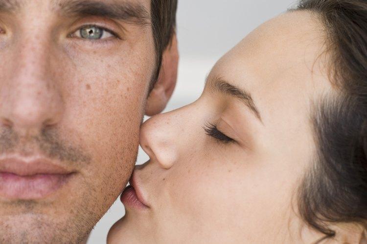 Besar tiende a ser lo primero que la gente deja de hacer regularmente en una relación.