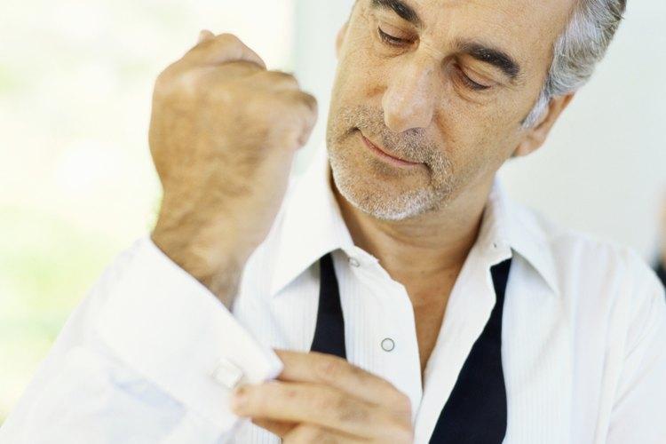 Las mancuernas con incrustaciones de rubí o los pasadores de corbata son opciones clásicas para los hombres.