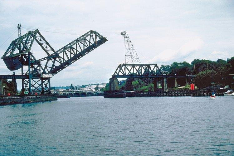 Un puente levadizo es un tipo de puente que se puede mover, levantar o tomar de otra manera fuera del camino para que nadie pueda cruzarlo.