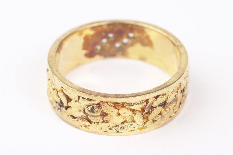 El oro generalmente se mezcla con otras aleaciones para que el color sea más claro.