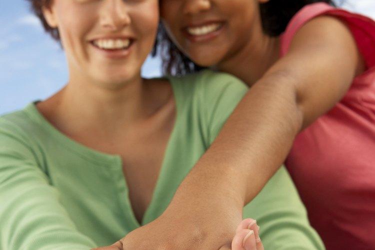 Una pareja de lesbianas puede elegir anillos de gran valor simbólico que representen el orgullo gay o los tradicionales diamantes.