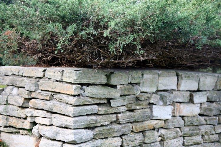 Un muro de contención de piedra requiere un apilado cuidadoso.
