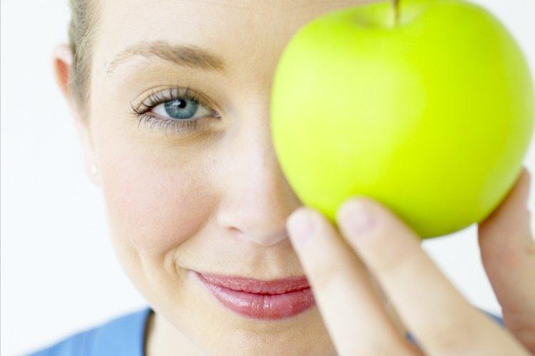 El color y el tacto son dos maneras de medir la madurez de una fruta.
