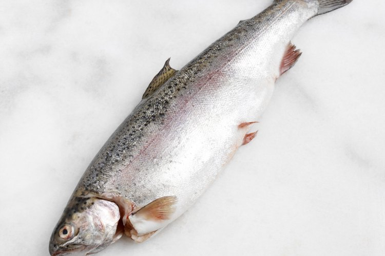 Deshuesar un pescado es sencillo con los utensilios adecuados.