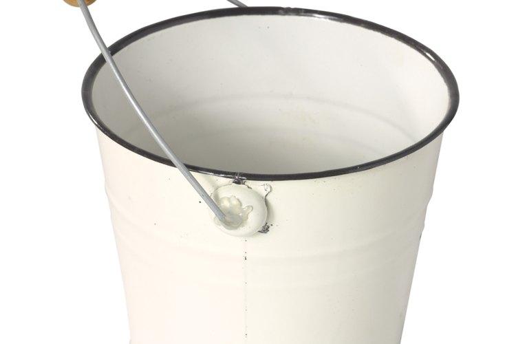 Remojar la gorra ayuda con la eliminación de manchas de sudor.