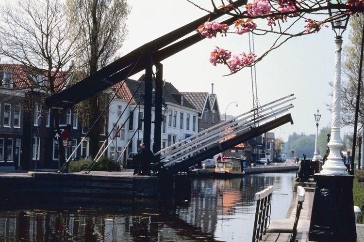 La versión moderna del puente gira verticalmente para que los barcos pasen a través.