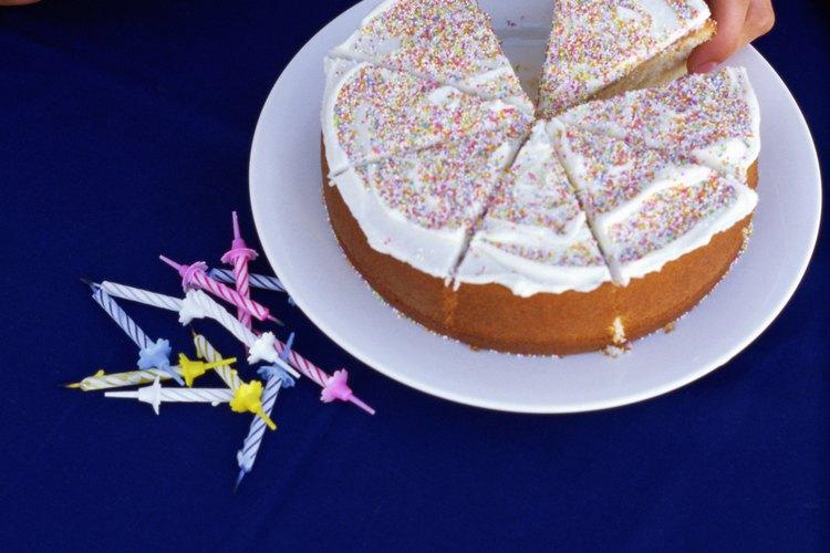 Una torta blanca básica requiere pocos ingredientes: