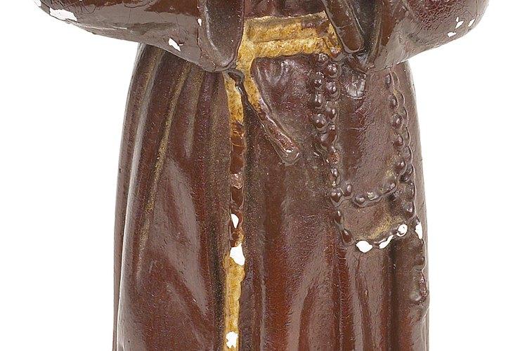 Los frailes pueden ser identificados por el hábito marrón tradicional como el que se ve en esta figura.