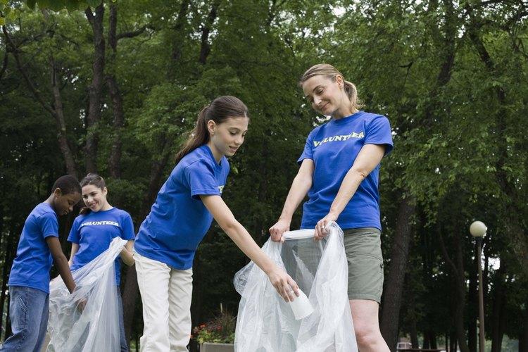 Los adolescentes pueden ayudar a su comunidad de manera formal e informal.