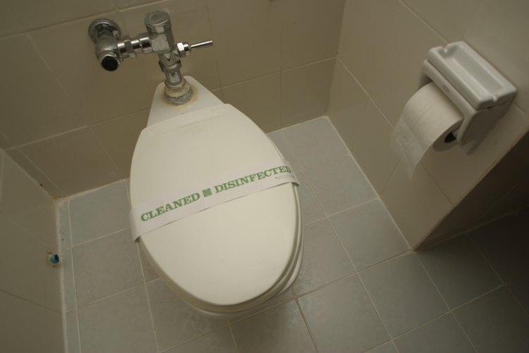 Mantener los inodoros sin obstrucciones no es un trabajo para un limpiador de drenaje líquido.