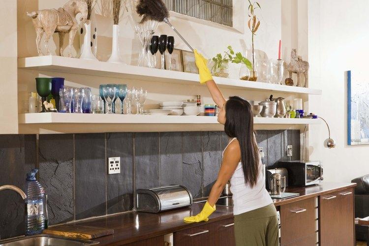 Mujer limpiando su casa.