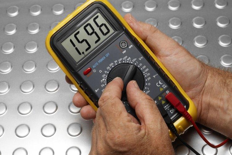 Usa un multímetro para probar la impedancia de un cable coaxial.