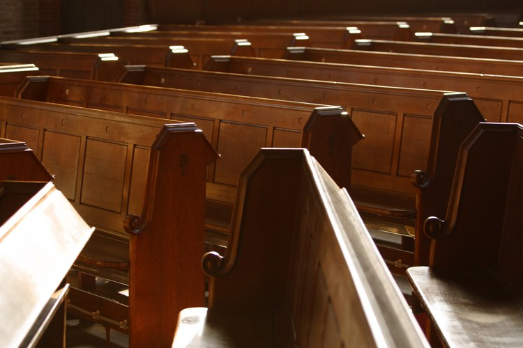 Los bancos dan asiento a la congregación de una iglesia.