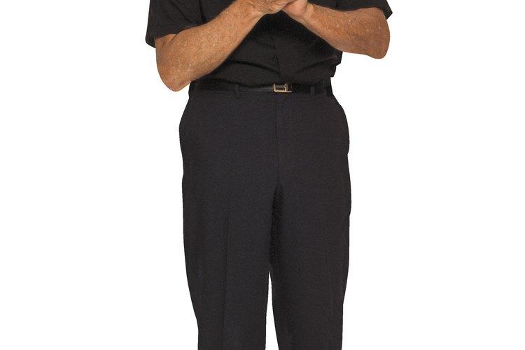 Un sacerdote escucha las confesiones de tu hijo y lo ayuda a encontrar la absolución.