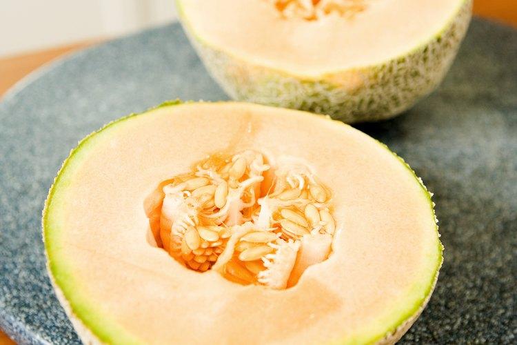 Corta a la mitad el melón.