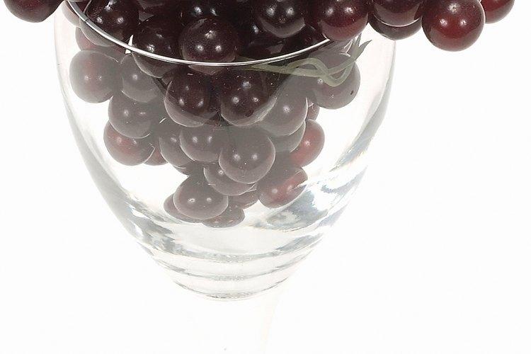 El refractómetro mide el azúcar en el jugo de uvas.