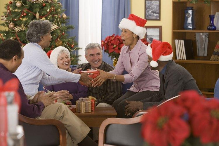 Invita a tus amigos para una reunión de intercambio de regalos.