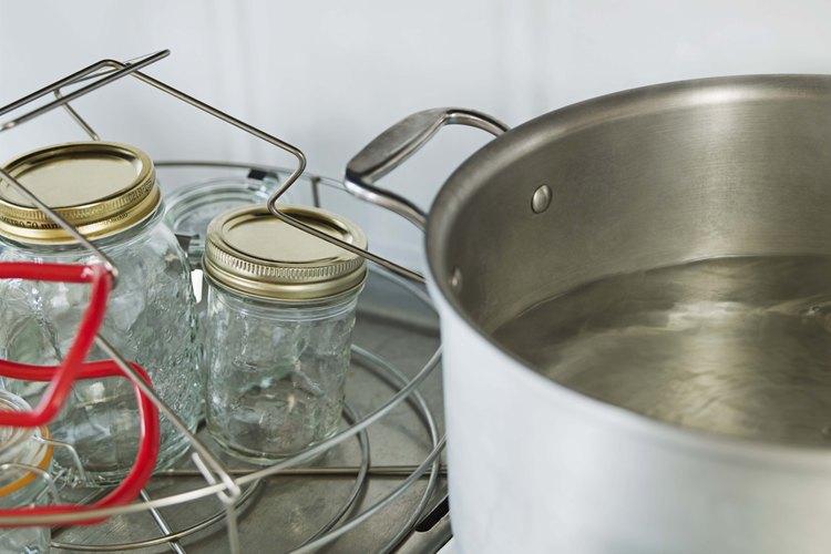 Debes usar una envasadora a presión para envasar alimentos con baja acidez.