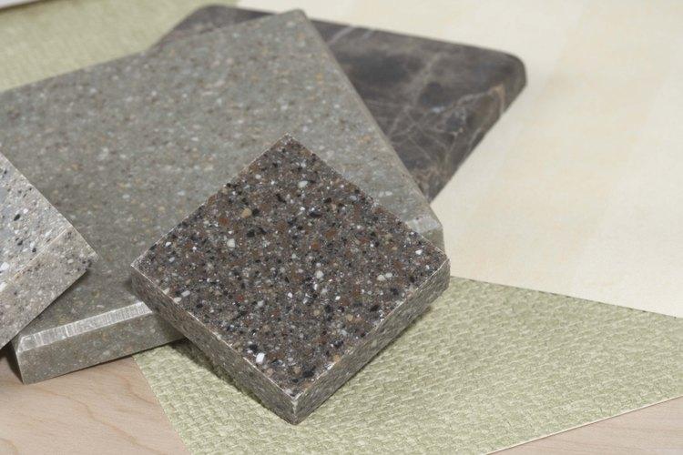 La baldosa de granito funciona particularmente bien en el piso del baño.
