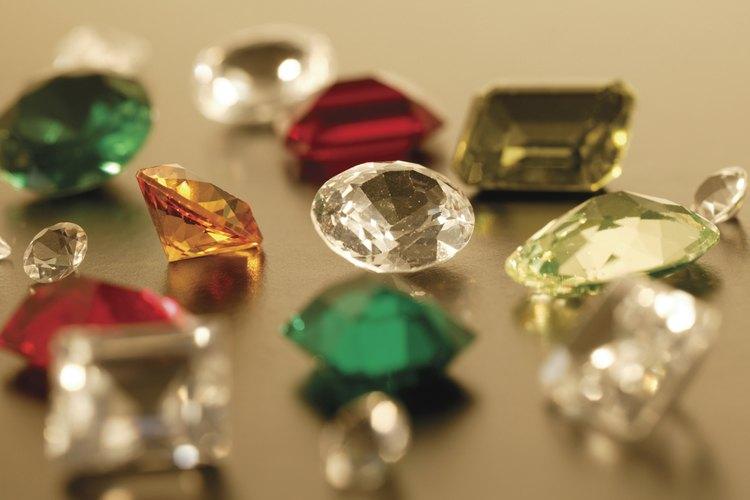 Los tonos de las piedras preciosas son muy ricos y saturados.