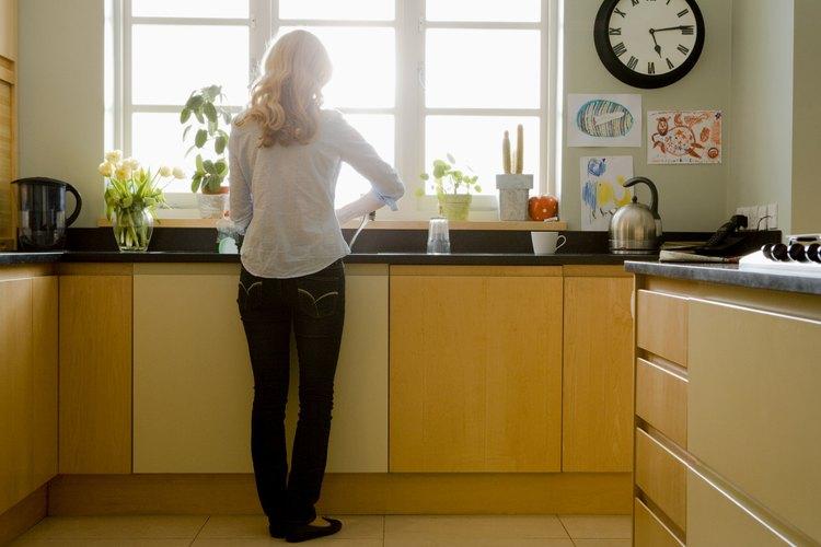 Mantente ocupada con las tareas del hogar para que el tiempo pase más rápido.