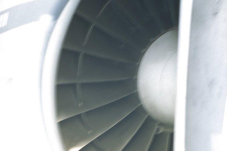 Los ingenieros mecánicos ayudan a diseñar los motores de los aviones.