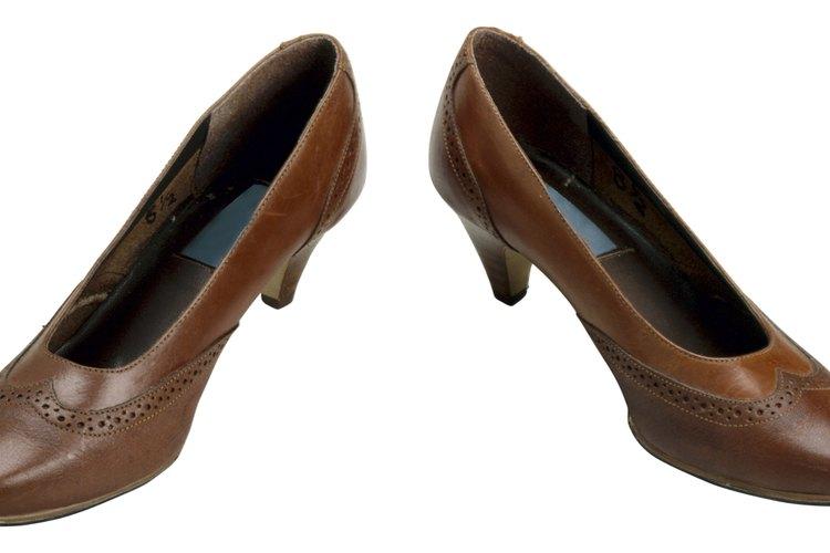 Usa zapatos marrones de taco alto para lograr una apariencia formal.
