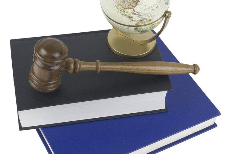 Los bufetes legales guardan copias de casos cerrados y cuestiones actuales.