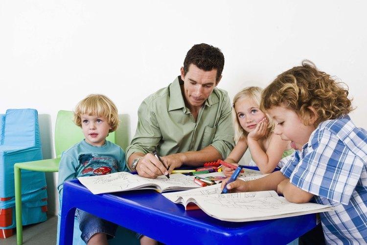 Proporciona a tu hijo en edad preescolar muchas oportunidades de aprender de diferentes maneras.