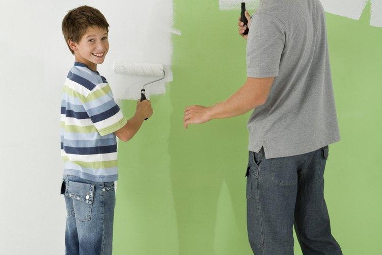 Sellar la pared antes de pintar ayuda a prevenir el agrietado y descamasión más tarde.