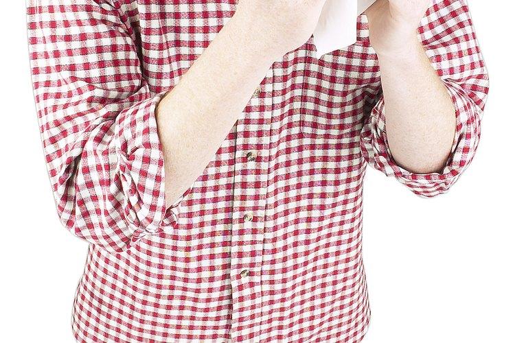 Limpiar los mocos involucra tos o soplar la nariz.