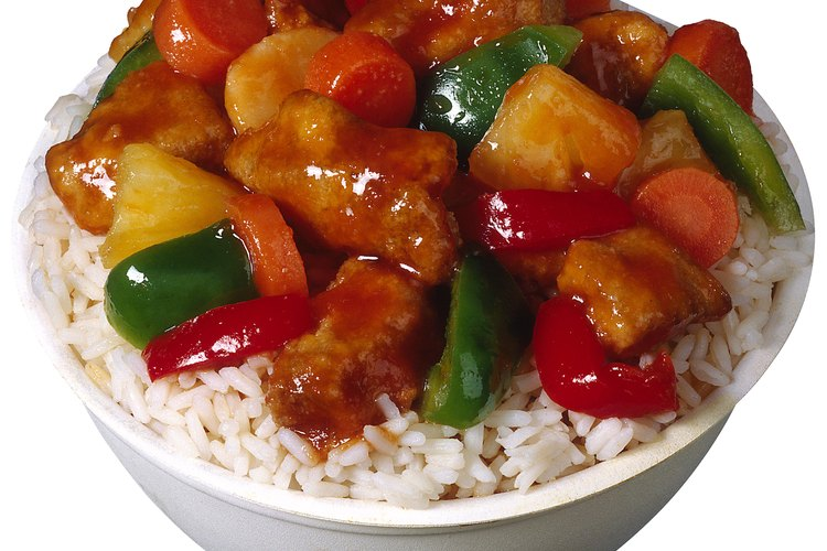 El pollo agridulce es delicioso sobre arroz.