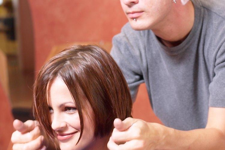 Visita a un esteticista para obtener un corte de cabello y un estilo de peinado.