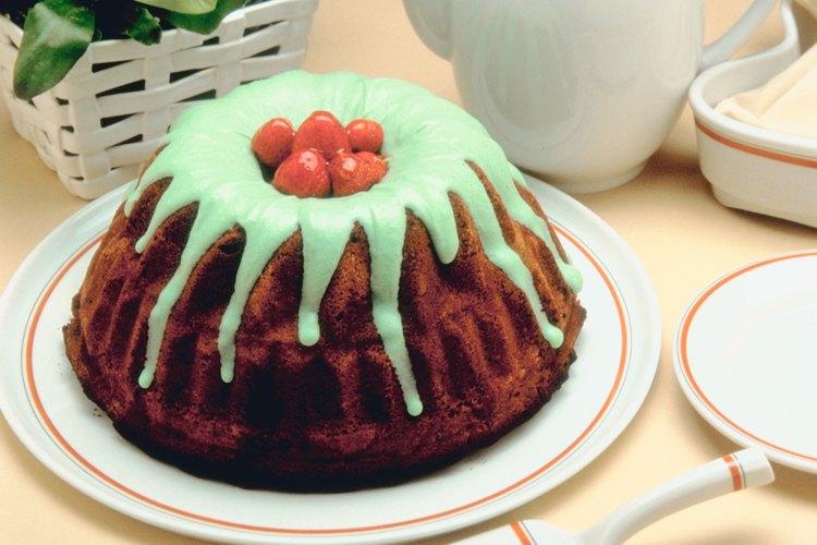 Decora los postres con salsas de color verdes para crear una imagen monstruosa.