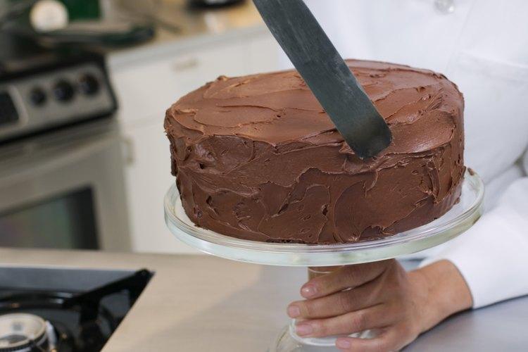 Deja enfriar el pastel antes de glasear.