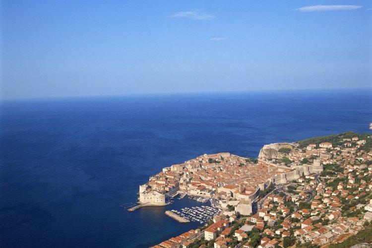 Los tejados rojos delinean la espectacular costa de Dubrovnik.