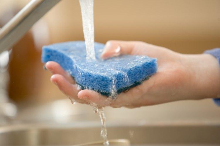 Utiliza agua para quitar manchas de pintura a base de agua.