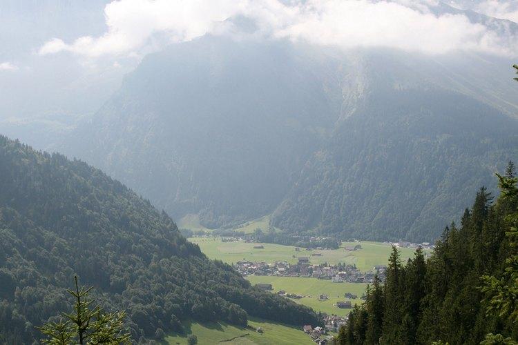 Las montañas y los valles se forman por procesos naturales.
