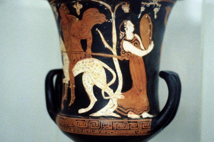 Este jarrón griego muestra a una mujer con un vestido largo y suelto.