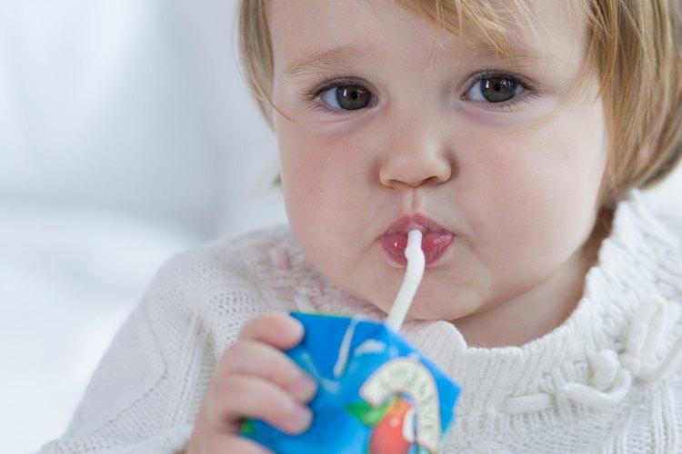 Puede ser mejor tener una jarra y vasos de papel para que los niños se sirvan.