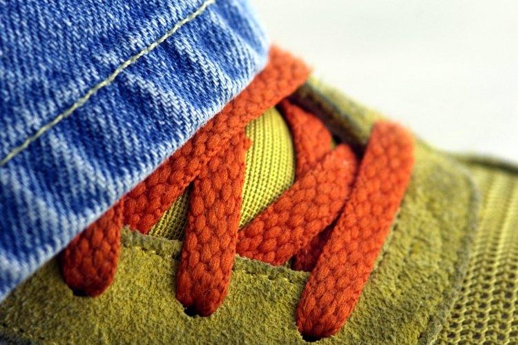 Usa dos cordones de colores distintos para darle estilo a tus zapatos.