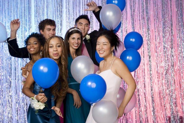 Une tus fuerzas con otros padres para planear una gran fiesta de toda la escuela después de la graduación.
