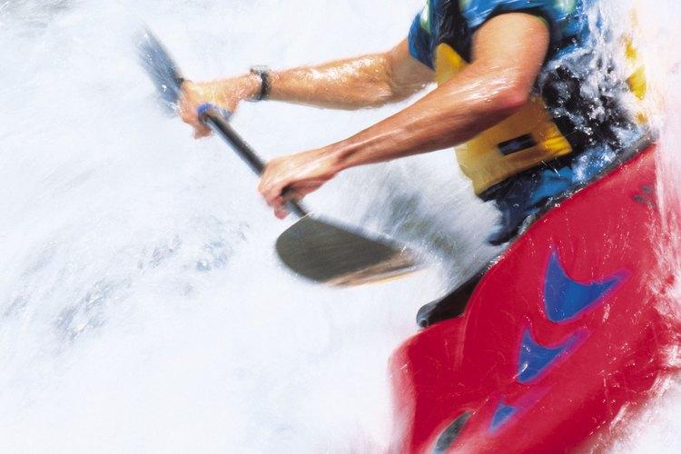 Los practicantes de kayak acuden a las aguas bravas en el Río Colorado, cerca de Kremmling.