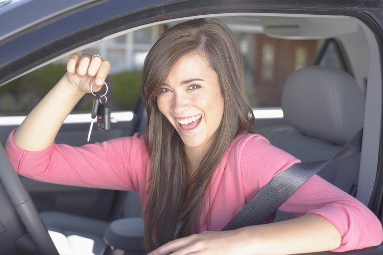 Añadir a tu adolescente a la póliza de seguro del auto, por lo general aumenta tu deducible.