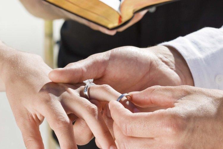 Versículos en el Antiguo y Nuevo Testamento discuten el matrimonio entre un hombre y una mujer.