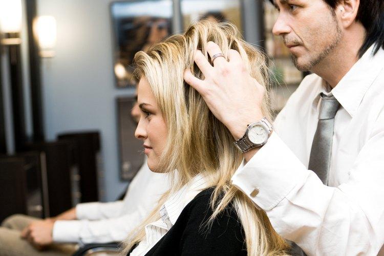 Las cosmetólogas que son dueñas de sus propios salones de belleza ganan hasta US$19.000 más que otras cosmetólogas.